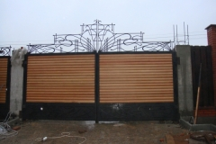 Распашные ворота с ковкой
