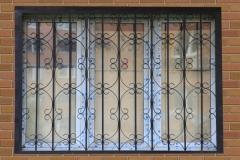 Сварная черная решетка на окна Импекс