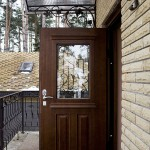 Стальная дверь для загородного дома из массива дерева