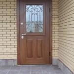 Стальная дверь из массива дерева с ковкой